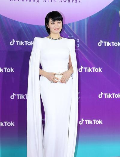 Diện đầm dạ hội sau Miranda Kerr và Ivanka Trump, chị đại Kim Hye Soo còn bị dìm đáng kể vì tóc tai