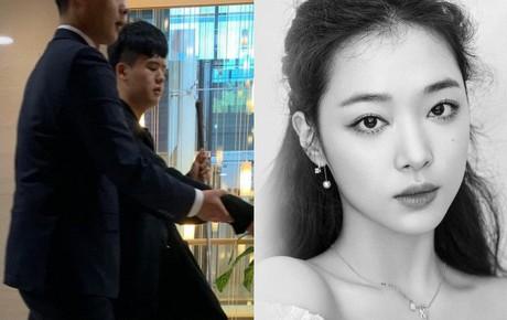 Cập nhật tang lễ Sulli từ Hàn: Fan khiếm thị một mình đến sớm chờ viếng, một nghệ sĩ có mặt tại nhà tang lễ