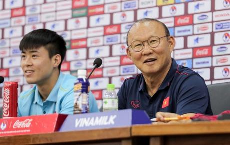 HLV Park nói một từ bằng tiếng Anh rất đanh thép về Công Phượng khiến cả phòng họp báo phấn khích