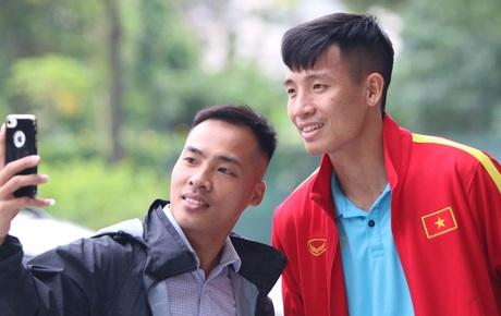 Tuyển thủ Việt Nam thảnh thơi trước trận đại chiến với Thái Lan: Người đi cafe thư giãn, người tranh thủ đi mua sắm