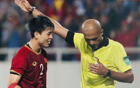 Bị tước bàn thắng, cầu thủ Việt Nam phản ứng dữ dội cho tới khi nhận ra thủ môn Thái Lan bị đau dữ dội