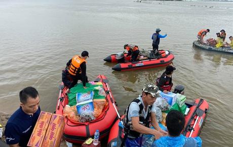 """Biệt đội cano 0 đồng và những câu chuyện xúc động trên đường cứu trợ: """"Cả Quảng Bình trắng đêm giữa mưa lạnh, ước gì có thêm 100 chiếc cano"""""""