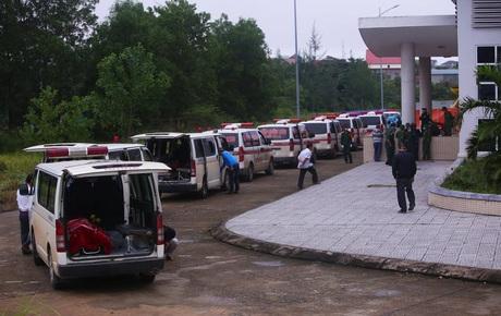 22 cán bộ, chiến sĩ bị vùi lấp ở Sư đoàn 337: Hàng dài xe cứu thương chở thi thể các nạn nhân khiến nhiều người xót xa