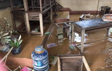 Chùm ảnh trường học Quảng Trị ngập đầy bùn đất, bàn ghế bị ngâm nước trở nên mốc meo, mềm nhũn sau lũ