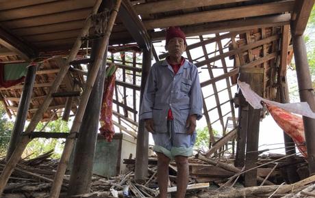 Ảnh: Nước lũ cuốn trôi nhiều căn nhà, người dân Quảng Bình cố tìm kiếm chút tài sản còn sót lại trong vô vọng