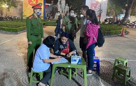 Hà Nội lập 15 chốt xung quanh phố đi bộ, đã xử phạt 14 người dân không đeo khẩu trang nơi công cộng