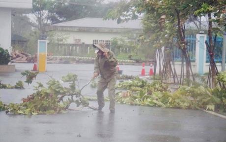 Bão số 9 sắp đổ bộ: Gió giật mạnh ở Quảng Ngãi, đã có nhà bị tốc mái; Hội An ngập sâu nhiều tuyến đường