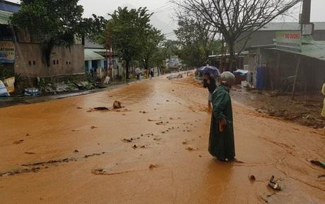 Sau khi bão số 9 càn quét, người dân đau xót nhìn khung cảnh tan hoang, tài sản bị nước lũ cuốn trôi
