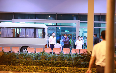 """Ảnh: Nhóm du khách từ """"tâm dịch"""" Hàn Quốc đến Đà Nẵng nhưng không muốn cách ly đã lên máy bay về nước lúc nửa đêm"""