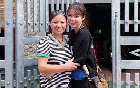 Huỳnh Anh chính thức về ra mắt, ôm mẹ Quang Hải tình cảm vô cùng