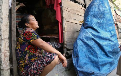 """Người nghèo oằn mình trong căn phòng trọ bằng tôn cao chưa đầy 4m dưới nắng nóng 50 độ ở Hà Nội: """"Giữa trưa hơi nóng phả xuống không khác gì cái lò nướng cỡ lớn"""""""