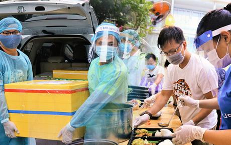 """Người Đà Nẵng nấu hàng nghìn suất ăn """"VIP'' phục vụ miễn phí 3 Bệnh viện đang bị cách ly"""