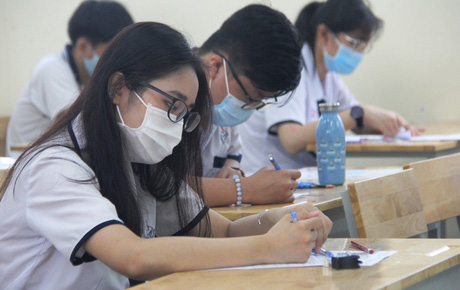 Thi tốt nghiệp THPT Quốc gia 2020: Bắt đầu làm bài thi Ngữ văn, nhiều thí sinh đi muộn khi cổng trường đã đóng