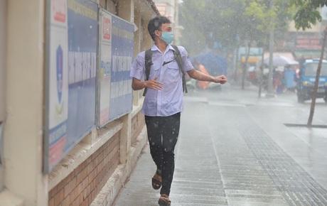 Thi tốt nghiệp THPT Quốc gia môn Toán: Trời bất ngờ đổ mưa lớn kèm dông lốc, cha mẹ và sĩ tử trở tay không kịp