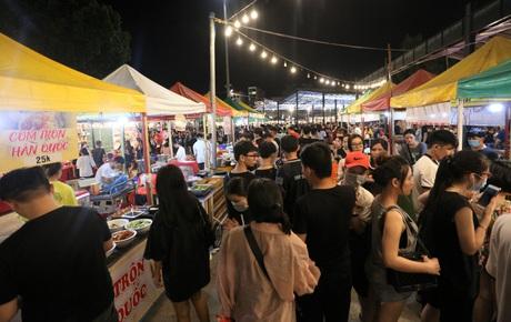 """Phố xá, khu vui chơi ở Đà Nẵng nhộn nhịp trong đêm đầu tiên trở lại trạng thái """"bình thường mới"""""""