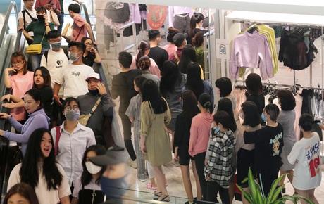 Black Friday tại Hà Nội và Sài Gòn: Càng trưa càng đông đúc!
