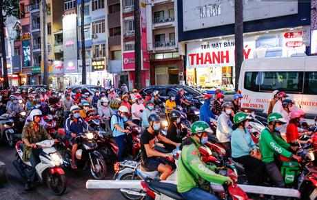 Black Friday: Đường phố trung tâm Sài Gòn ùn tắc vì khách đổ về các TTTM; phố thời trang Hà Nội vẫn đìu hiu