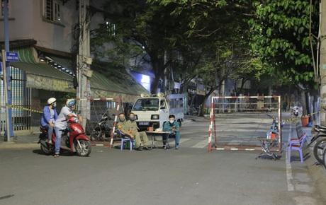 Ảnh, clip: Phong toả khu vực sinh sống của 2 ca mắc Covid-19 mới: Người dân trong khu cách ly bình thản đi ngủ sớm