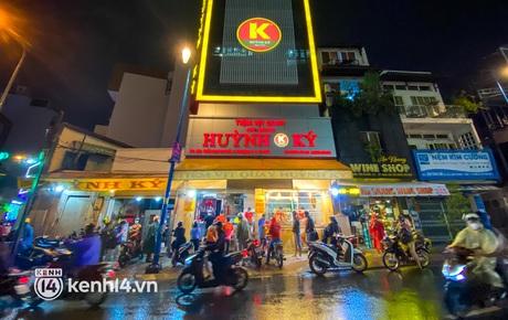 Chưa ngày 20/10 nào như năm nay: Dân Sài Gòn đội mưa đi mua vịt quay, heo quay về ăn, dăm ba cái hoa làm gì có tuổi!