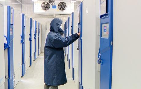 Cận cảnh lô vaccine Covid-19 đầu tiên về Việt Nam được bảo quản trong kho siêu lạnh