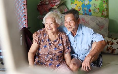 """60 năm làm vợ chồng, ông vẫn giặt đồ, tắm gội cho bà lúc ốm đau, bệnh tật: """"Tui không có con, cả đời này có mình bả thôi"""""""