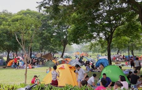 Nghỉ lễ giỗ Tổ Hùng Vương chỉ có 1 ngày, người dân Thủ đô ùn ùn đổ về công viên Yên Sở cắm trại, nướng thịt