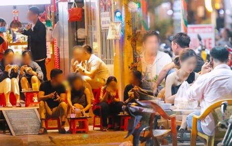 Cuối tuần, khách nhậu Sài Gòn ngồi chật kín quán, giới trẻ tụ tập tràn vỉa hè giữa dịch Covid-19