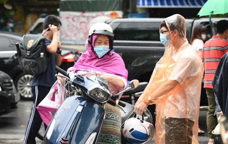 Thi vào lớp 10 Hà Nội năm 2021: Hơn 93.000 sĩ tử lội mưa lớn đến trường trong buổi thi đầu tiên