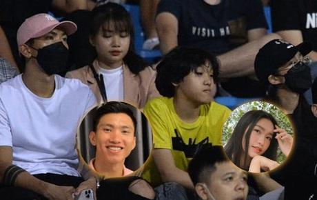 Loạt ảnh Văn Hậu đi xem bóng đá cùng Top 10 Hoa hậu Việt Nam, đeo khẩu trang kín mít và cố né paparazzi khác gì sao Hàn đâu