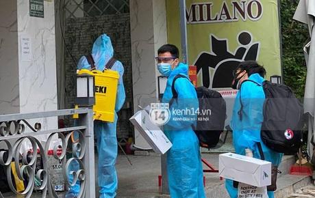 Cập nhật: Dàn cầu thủ vừa về khách sạn quận 7, hàng xóm khu nhà giàu Sài Gòn hóng lắm rồi