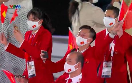 Trực tiếp lễ khai mạc Olympic 2020: Xúc động khoảnh khắc Quốc kỳ Việt Nam tung bay trên sân khấu Olympic