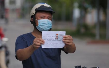 Ảnh: Phòng chống dịch Covid-19, một phường ở Hà Nội phát phiếu ra đường cho người dân 1 lần 1 ngày