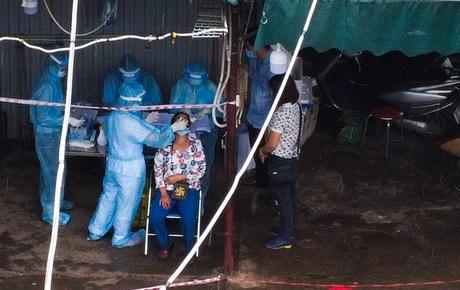 Hà Nội: Tạm dừng hoạt động chợ Phùng Khoang, hàng trăm tiểu thương đội mưa chờ xét nghiệm Covid-19
