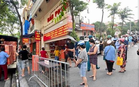 Ảnh: Người dân Hà Nội đội nắng xếp hàng mua bánh trung thu Bảo Phương