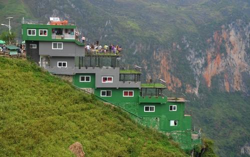 """Ảnh: Tòa nhà trái phép Mã Pì Lèng Panorama bất ngờ được """"phủ xanh"""""""