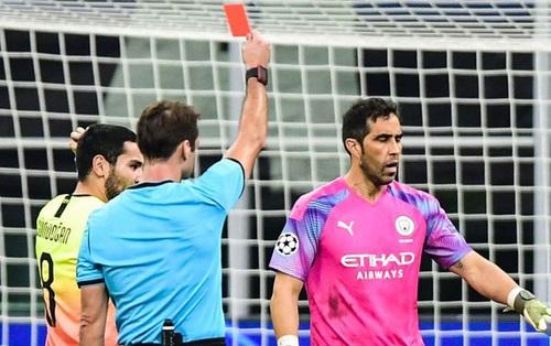 Ngày đen đủi của nhà vô địch nước Anh tại Champions League: Thủ môn số 1 chấn thương, thủ môn thứ 2 vào thay rồi ăn thẻ đỏ