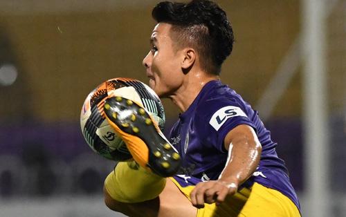 Quang Hải biểu diễn kỹ năng đỡ bóng không cần nhìn cực điệu nghệ, đi bóng khiến hàng thủ Viettel FC hỗn loạn