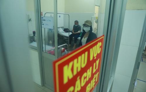 """Vụ 80 người từ """"tâm dịch"""" Daegu đến Đà Nẵng: 1 nam thanh niên bị sốt, 20 khách Hàn Quốc tạm chấp nhận cách ly tại bệnh viện"""