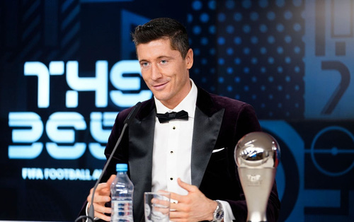 Ronaldo và Messi làm nền tôn vinh siêu tiền đạo người Ba Lan giành giải Cầu thủ xuất sắc nhất thế giới 2020