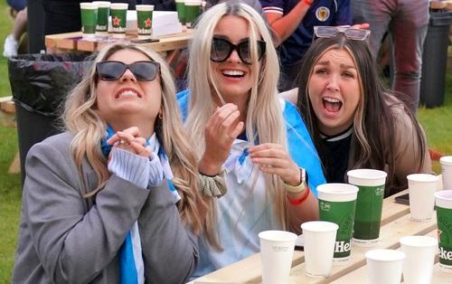50 sắc thái của các cô nàng theo dõi derby Anh vs Scotland đêm qua: Vui, buồn, lo lắng... đủ cả!