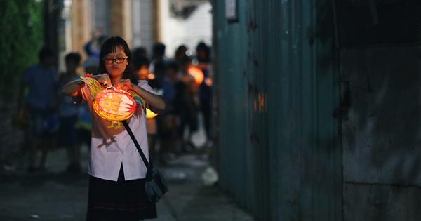 Trẻ em Sài Gòn rộn ràng rước đèn trung thu dọc các tuyến đường ở trung