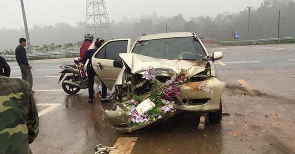 Phú Thọ: Xe cưới gặp tai nạn bẹp dúm đầu khi đang đưa cô dâu về nhà chồng
