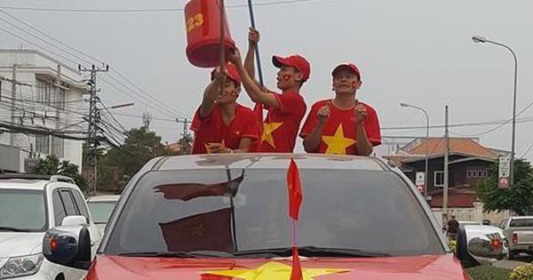 """Hội người Việt ở Lào rộn ràng, sẵn sàng """"bùng cháy"""" hết mình cho trận chung kết lịch sử của U23 Việt Nam"""