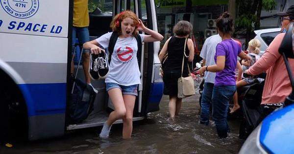 Biểu cảm bất ngờ của nữ du khách Tây khi bước xuống xe giữa Sài Gòn lại thấy… mênh mông biển nước