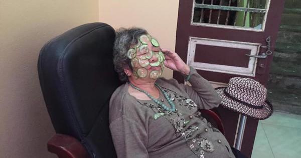 Bà nội dễ thương gần 80 tuổi vẫn chăm chỉ đắp dưa leo làm đẹp, biết cháu đi nước ngoài liền dúi 100USD nhờ mua nước hoa