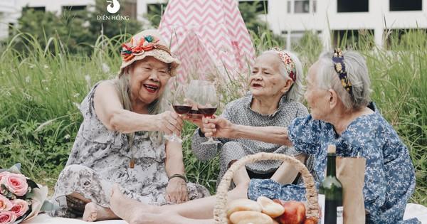 Bộ ảnh đáng yêu về hội chị em U90 đi picnic trong viện dưỡng lão: Đời có bao lâu, ta cứ vui thôi!