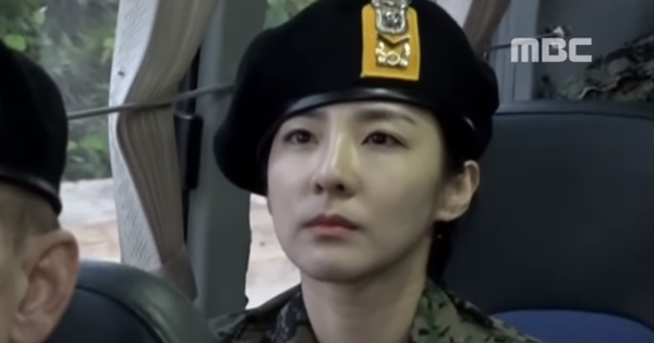 """Fan khi thấy Dara """"ít son phấn"""" đi nhập ngũ: """"Cô ấy thật sự lớn hơn JooE 15 tuổi sao?"""""""