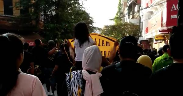 Clip: Cổ động viên Malaysia vừa đi vừa hát làm nóng cả đường phố Hà Nội trước trận gặp Việt Nam