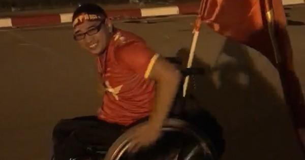 """Hình ảnh CĐV ngồi xe lăn đi """"""""bão"""""""" mừng chiến thắng của tuyển bóng đá Việt Nam khiến nhiều người xúc động"""