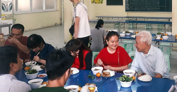 Chuyện một người thầy già không chịu về hưu, sống trong ký túc xá để bầu bạn với học sinh khiếm thị ở Hà Nội